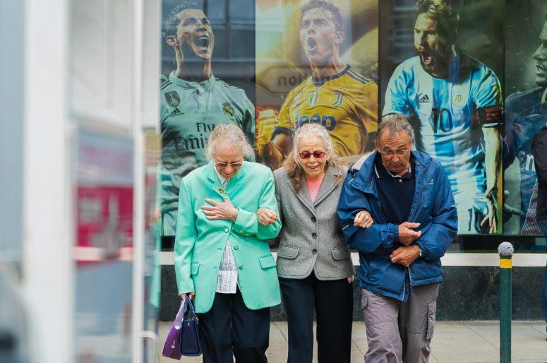 ancianos en la ciudad